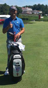 Jon Rahm posa con su nueva bolsa de palos.