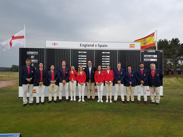 Oihana Etxezarreta y Nieves Martin con el equipo nacional en el Match España vs Inglaterra