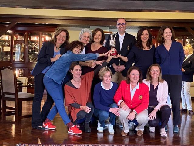 Lourdes Barbeito con el equipo nacional ganadora de la Copa Victory de categoría Senior Femenino